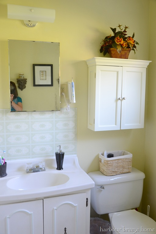 Beach cottage bathroom inspiration wall decor and storage harbour breeze home for Bathroom sink backing up into tub