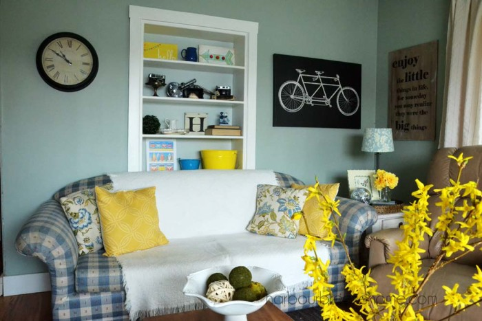 beach cottage spring living room decor | harbourbreezehome.com