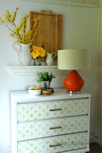 Spring entryway vignette |harbourbreezehome.com