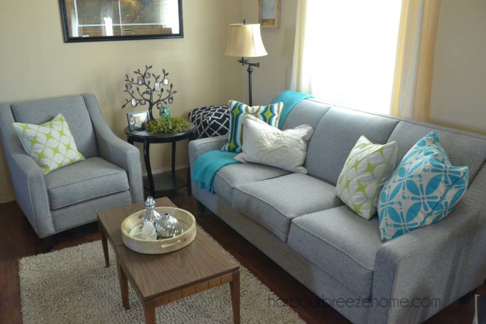 Modern Farmhouse Style ~ mixing traditional and modern pieces together to create a relaxing environment   harbourbreezehome.com