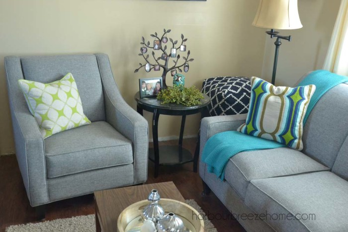 Modern Farmhouse Style ~ mixing modern and traditional pieces together to make a relaxing space   harbourbreezehome.com